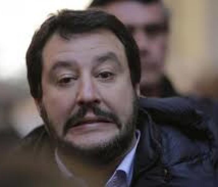 Salvini il padrone con il guinzaglio