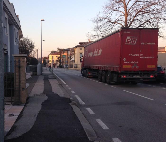Camin: corrono imperterriti i camion per il centro
